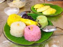 由甜芒果和黏米饭的泰国点心 免版税库存照片