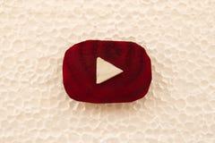 由甜菜根和圆白菜片断做的Youtube商标在从泡沫塑料的白色背景,顶视图 库存照片