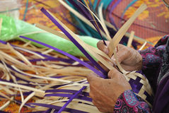 由由露兜树被编织做的传统食物盖子离开 库存图片