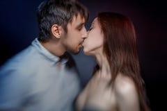 由男性和女性的热情的亲吻 免版税库存图片