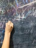 由白垩的儿童油漆在校务委员会 库存图片