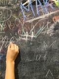 由白垩的儿童油漆在校务委员会 免版税库存图片