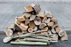 由白杨木和桦树木头做的木柴在花岗岩被修造 图库摄影