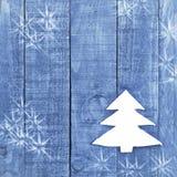 由白色做的圣诞树在木,蓝色背景感觉 雪高射炮图象 圣诞树装饰品,工艺 免版税库存照片