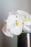 由白色兰花做的婚礼花束 库存图片