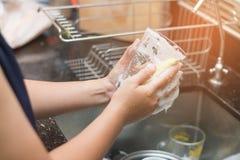 由盘肥皂的一块妇女洗涤的玻璃 库存图片
