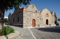 由石头做的传统希腊教会,与红色屋顶 免版税图库摄影
