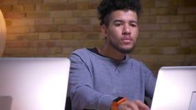 由移动从印度人的照相机的特写镜头射击向使用膝上型计算机的非裔美国人的男生和在网上学会 影视素材
