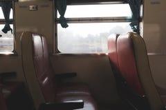由窗口倒空火车位子 图库摄影