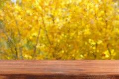 由窗口的一张空的木桌 雨在玻璃落 创造性的自由地方 免版税库存图片