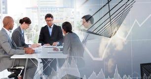 由窗口的业务会议与城市财务图表转折 免版税库存图片