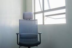 由窗口的办公室椅子 库存图片