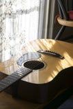 由窗口的吉他 免版税库存图片