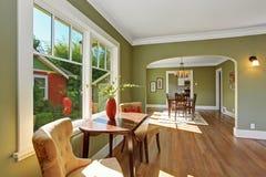 由窗口的就座区域与桌和椅子 免版税图库摄影
