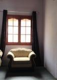 由窗口的沙发 免版税图库摄影