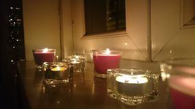 由窗口的蜡烛 免版税图库摄影