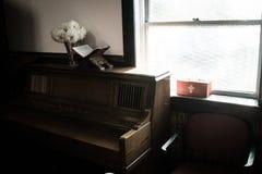 由窗口的钢琴 免版税库存照片