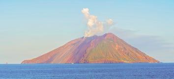 由第勒尼安海的海岛斯特龙博利岛在意大利 免版税库存照片