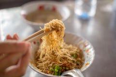由筷子的油煎的Hokkien面条钳子立即可食在南部泰国 库存照片