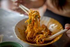 由筷子的油煎的Hokkien面条钳子立即可食在南部泰国 图库摄影