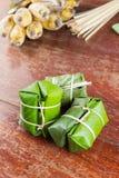 由米和香蕉做的泰国点心包裹在香蕉叶子, 库存图片