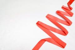 由红色丝带做的圣诞节和新年树在文本的-假日、冬天和庆祝concep silverbackground自由空间 免版税图库摄影