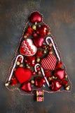 由红色圣诞节做的抽象圣诞树戏弄 顶视图 免版税库存照片