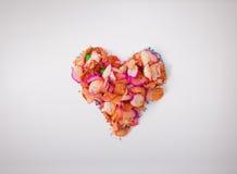 由红色玫瑰花瓣做的心脏,在白色背景 题材的构成喜欢爱,华伦泰` s天,假日 高分辨率 免版税库存照片