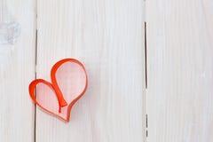 由红色纸小条用手做的心脏  免版税库存图片