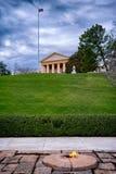 由约翰・肯尼迪坟墓,阿灵顿, Virgina,美国的永恒火 免版税库存照片