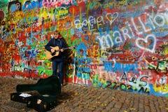 由约翰・列侬墙壁的卖艺人在布拉格 免版税库存图片