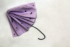 由纸做的小紫色伞 库存照片