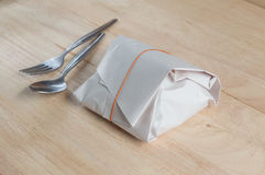 由纸包裹泰国食物的包裹  库存照片