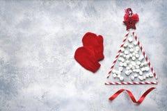 由纸秸杆和微型marshmal做的抽象圣诞树 免版税库存图片