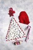 由纸秸杆和微型marshmal做的抽象圣诞树 库存照片