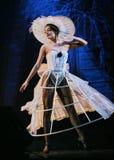 由美丽的女孩的表现白色名牌服装的-塑造芭蕾,舞蹈家背景 免版税图库摄影