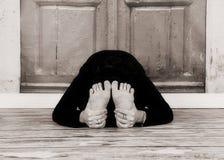 由美丽的小姐的灵活的瑜伽姿势黑白的 库存照片