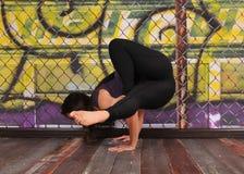 由美丽的小姐的醒目的瑜伽姿势背景的 免版税库存照片