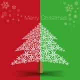 由美丽的雪花做的圣诞树在红色和绿色背景 库存照片
