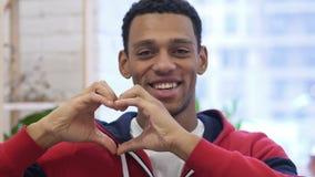 由美国黑人的人的心脏标志手势 股票录像