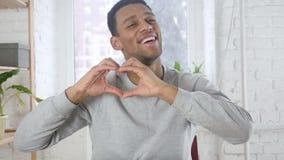 由美国黑人的人的心脏标志,手势 影视素材