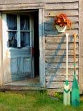 由老棚子门的被绘的独木舟桨 库存照片