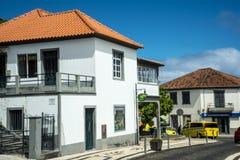 由老鹰岩石俯视Faial的镇在马德拉岛的东部地区 免版税库存图片