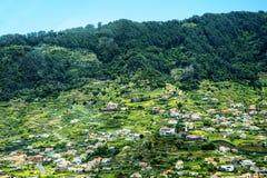 由老鹰岩石俯视Faial的镇在马德拉岛的东部地区 库存图片