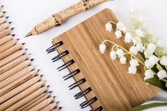 由能承受的竹子和笔记本做的笔 免版税库存图片