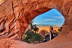 由自然曲拱的妇女在曲拱国家公园 免版税库存图片