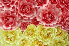 由色纸做的玫瑰 免版税库存照片