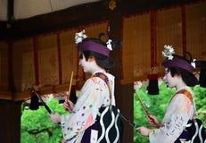 由艺妓女孩的奉献的舞蹈, Gion节日场面 库存照片