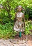 由艺术家詹姆斯海尔的一个儿童大小雕塑给权了:对于哪些站立,位于对村庄绿园的入口没有 免版税库存图片