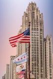 由芝加哥塔的美国国旗 免版税库存图片